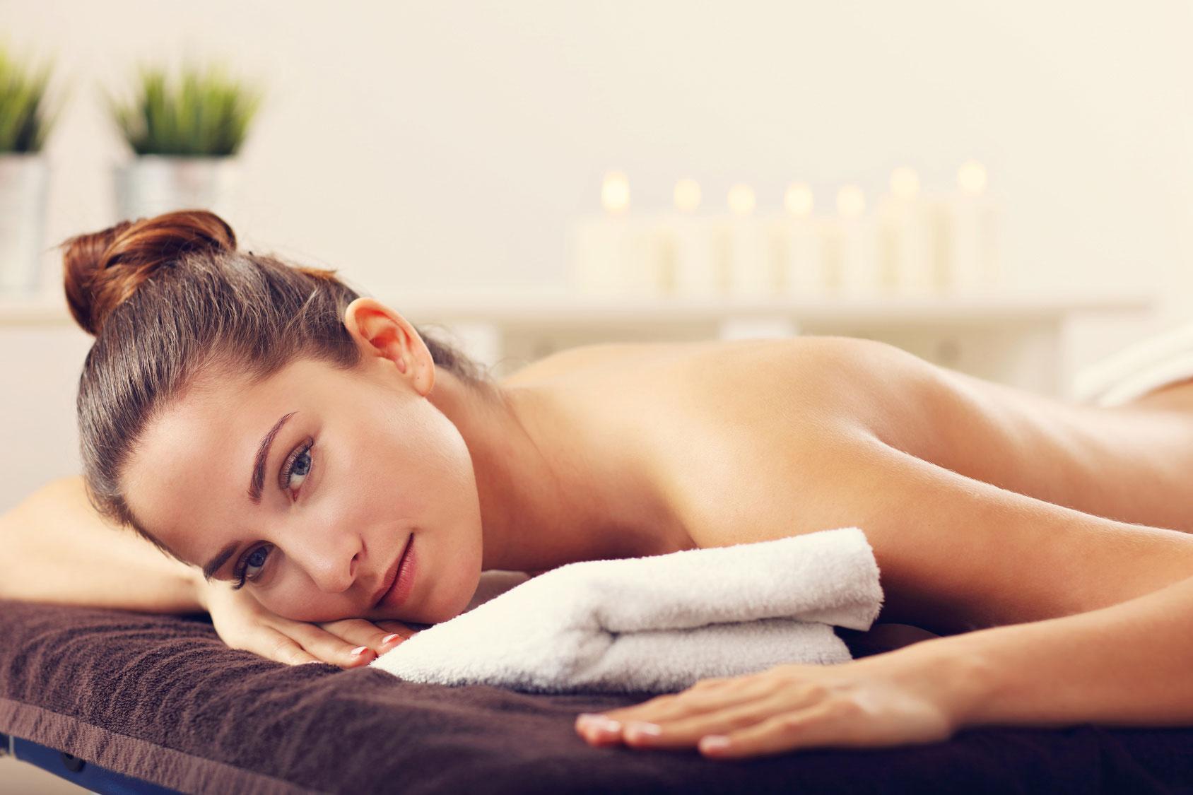 Foto a color de una mujer preparada para recibir un masaje relajante en Wellness Boutique Experience. esta tumbada