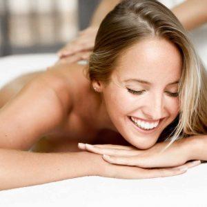 foto de una mujer joven recibiendo un masaje relajante en Wellness Boutique Experience Madrid. Esta feliz y relajada