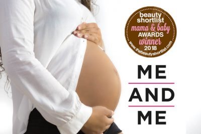 Foto a color de una mujer embarazada. lleva una camisa blanca abierta