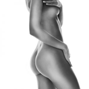 Silueta en planco y negro del cuerpo de una mujer después de varias sesiones tratamiento corporal con Radiofrecuencia Indiba
