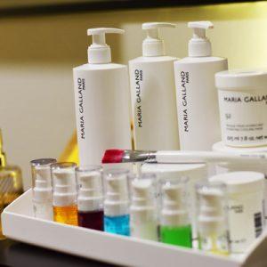 Bandeja con una selección de productos de Maria Galland Paris. Están colocados encima del mueble de una cabina de tratamiento en Wellness Boutique Experience Madrid