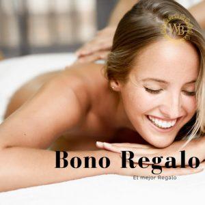 mujer joven y rubia recibiendo un masaje de masaje descontracturante de espalda. tiene los ojos cerrado y una sonrisa.